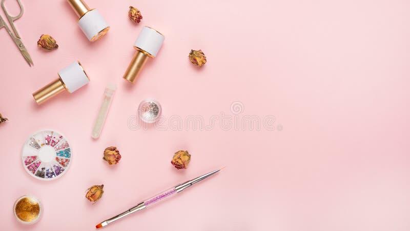 一套为修指甲和修脚的化妆工具在桃红色背景 胶凝体擦亮剂、指甲锉和少年和顶视图 免版税图库摄影