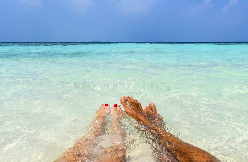 一对夫妇的脚在海滩的 图库摄影