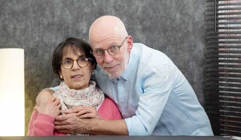 一对愉快的资深夫妇的画象在家 免版税库存照片