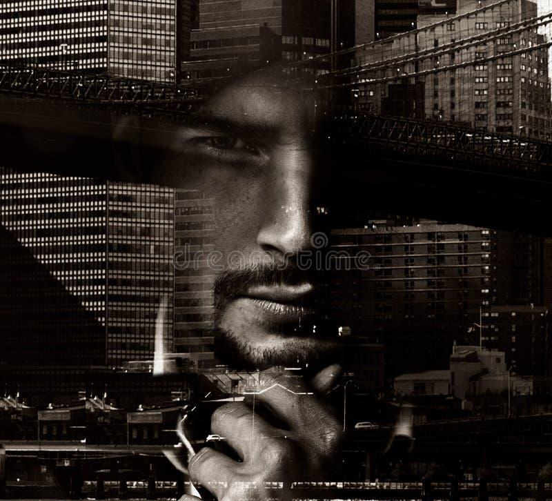 一帅哥的概念性画象有都市风景的在背景中 免版税库存照片