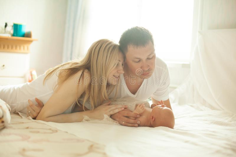 一幸福家庭的画象有新生儿的 库存图片