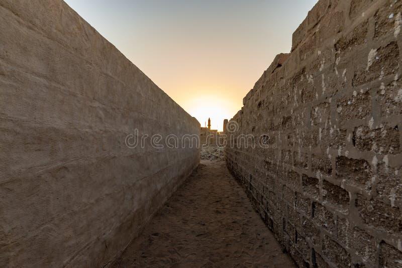 一座尖塔在孔特尔jour在透视结束时,杰济拉省Al哈姆拉,哈伊马角 免版税图库摄影