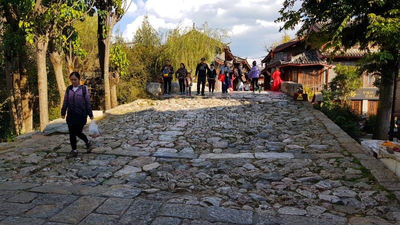 一座桥梁的古老路面在丽江,云南,中国 库存照片