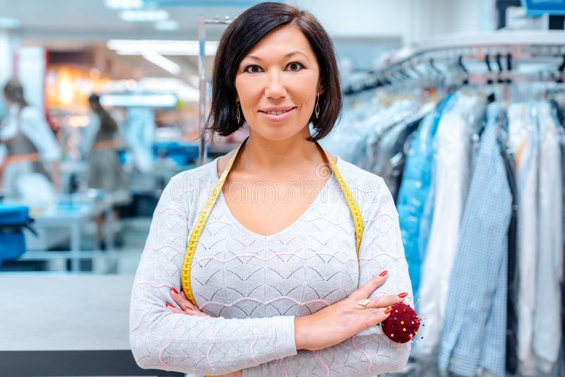 一化工纺织品擦净剂的所有者在她的商店前面的 库存图片