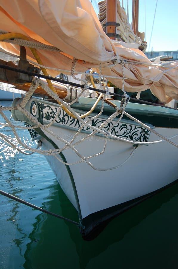 一条古色古香的小船的弓 免版税库存图片