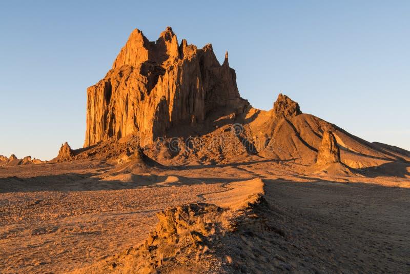 一条弯曲的路导致Shiprock,新墨西哥高山  库存照片