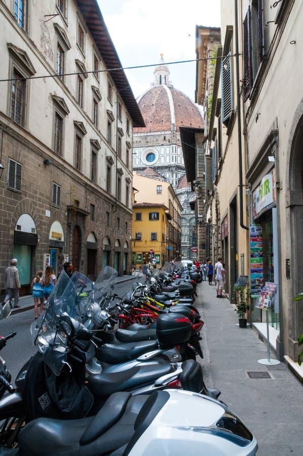 一条狭窄的街道的印象在佛罗伦萨 免版税图库摄影