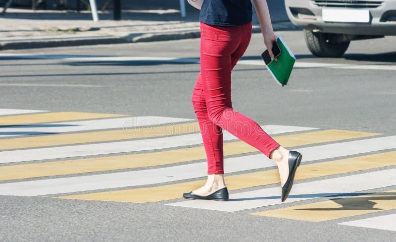 一条行人交叉路的步行者 库存图片