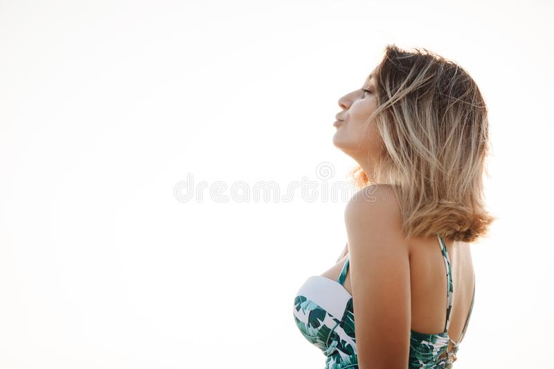 一美丽的微笑的年轻女人的画象比基尼泳装的在海滩 摆在在海岸的泳装的女性模型 您系列节日快乐的夏天 免版税库存照片