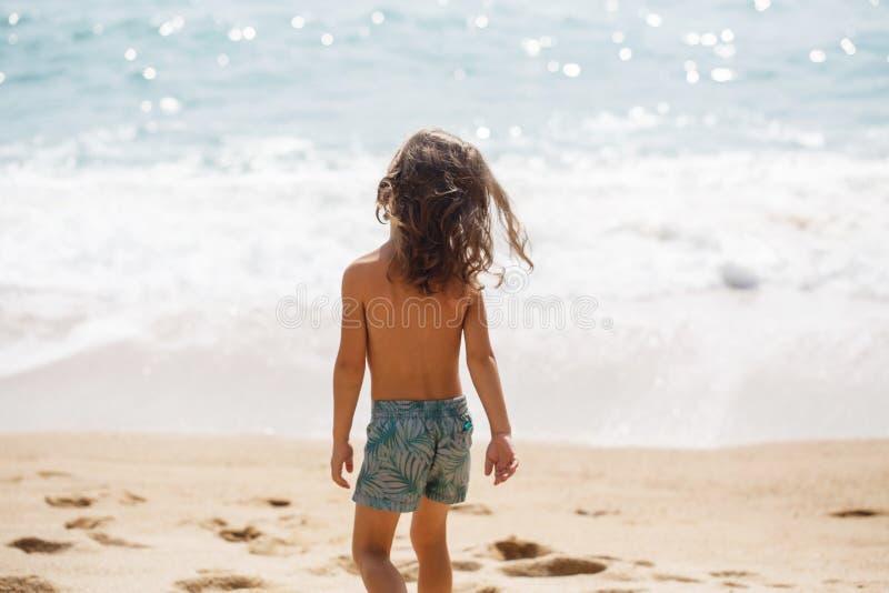 一点五岁男孩在海观看 免版税库存照片