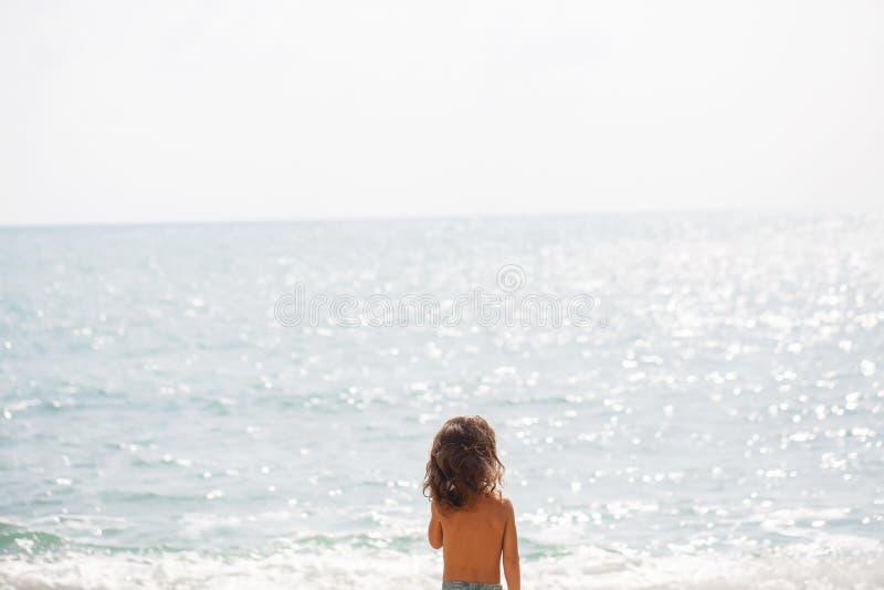 一点五岁男孩在海观看 免版税库存图片