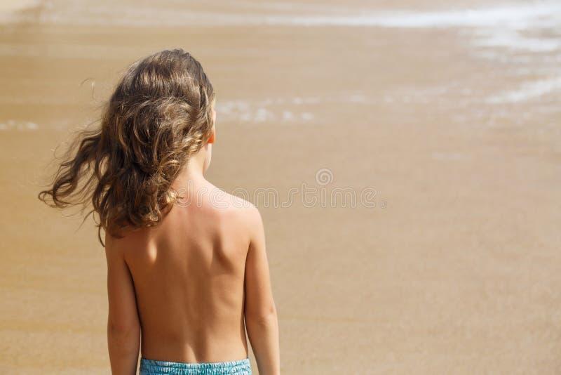 一点五岁男孩在海观看 库存图片