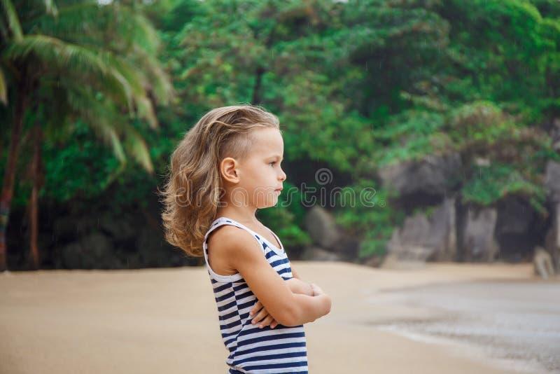 一点五岁男孩在海观看 库存照片