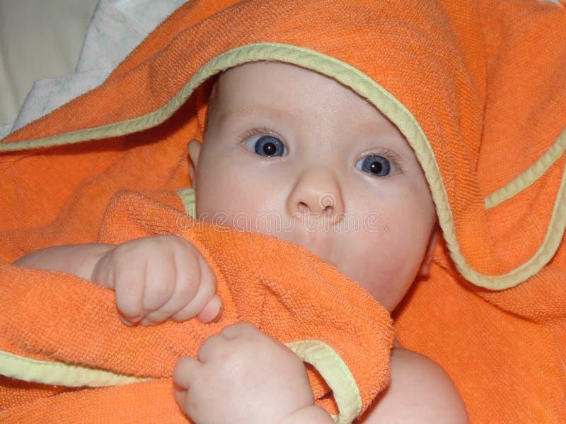 一点快乐的女婴婴孩洗太阳和气锅,皮肤浸洗 免版税库存图片