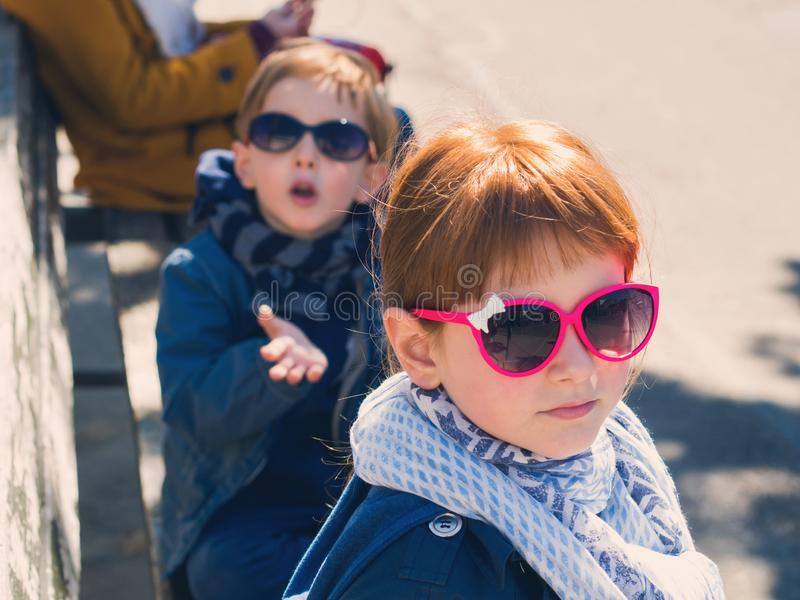 一点滑稽的男孩和女孩户外 库存图片