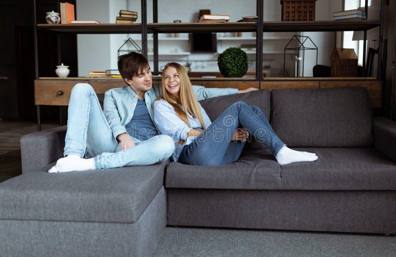 一起享受时间的愉快的年轻美好的夫妇在家 免版税库存照片