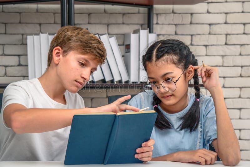一起做家庭作业的少年学生 图库摄影