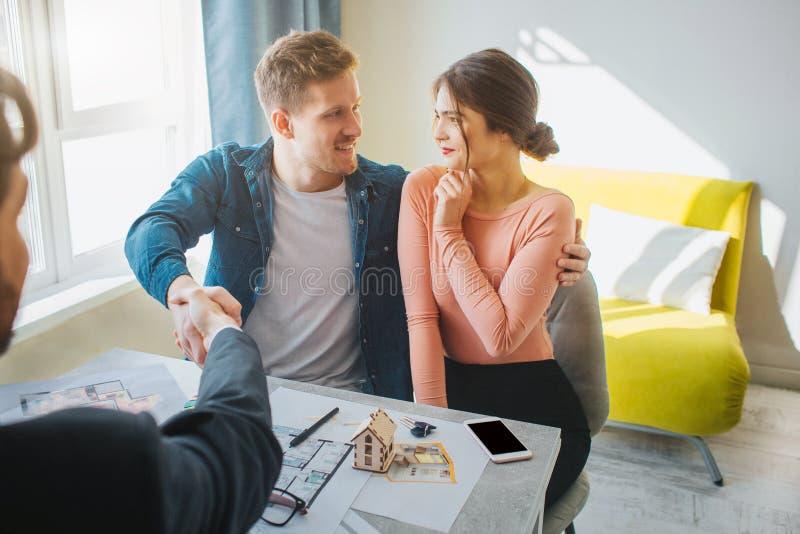 一起结合购买或租公寓 背景每查找其他微笑白色 递人震动 明亮的空间 幸福和 库存照片