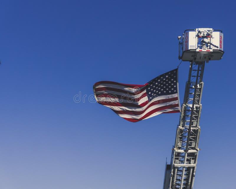 一面美国国旗乘在记忆的一辆消防车2018年9月11日卷扬  免版税库存图片
