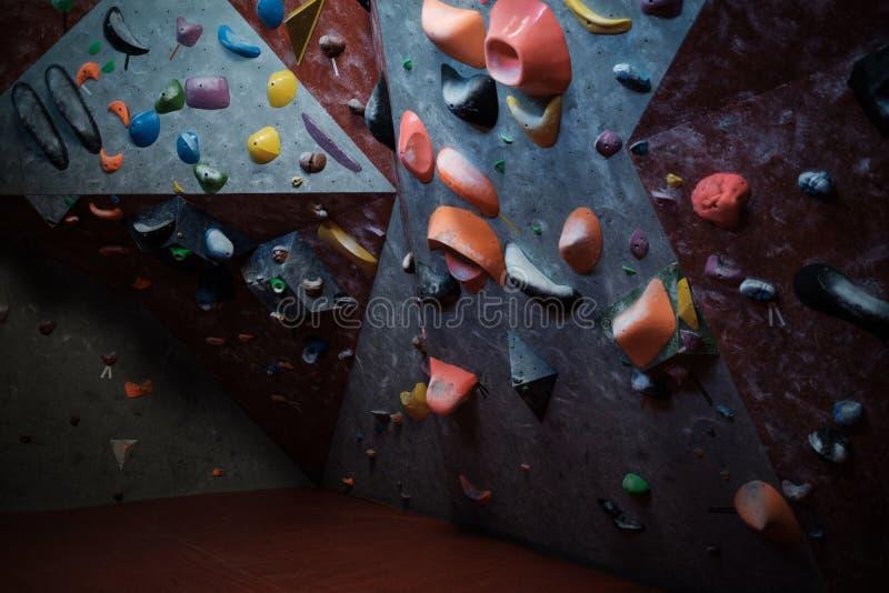一间bouldering的健身房的内部 图库摄影