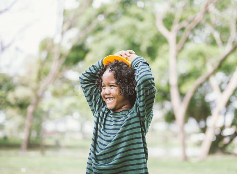 一逗人喜爱非裔美国人小男孩微笑的画象 库存图片