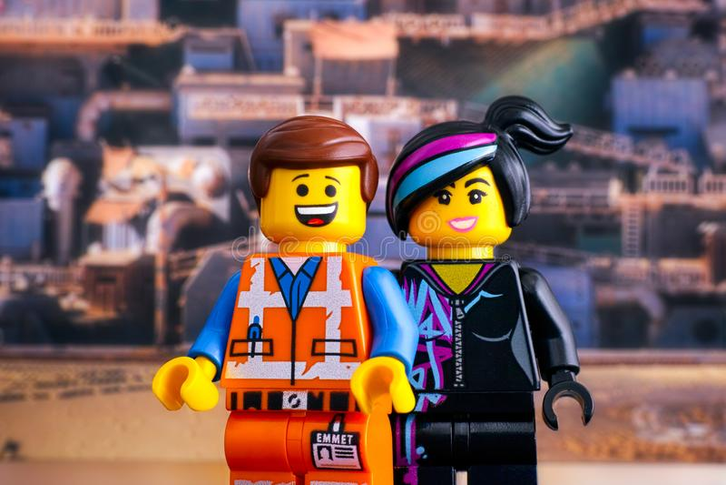 乐高安全帽反对Apocalypseburg背景的蚂蚁和露西minifigures 库存图片