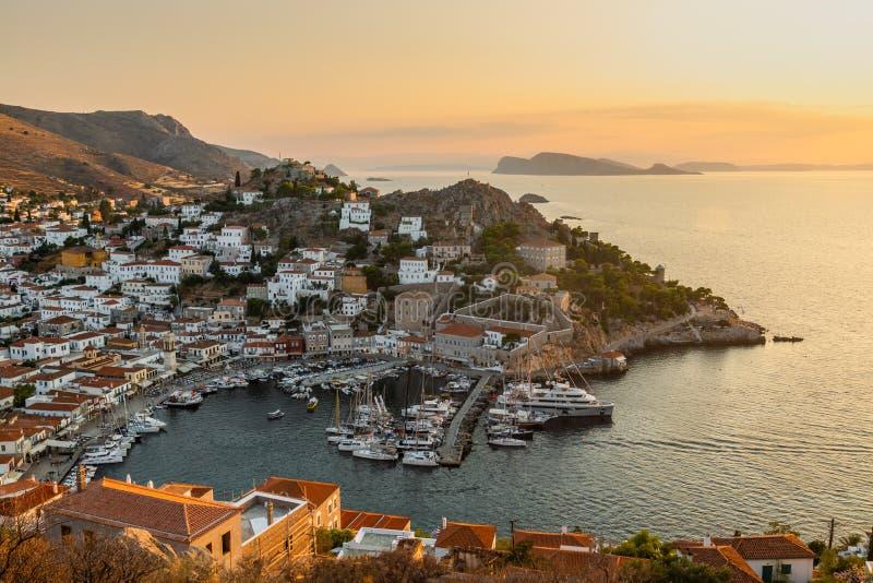 九头蛇海岛的小游艇船坞看法在微明下 爱琴海希腊海运 免版税库存照片