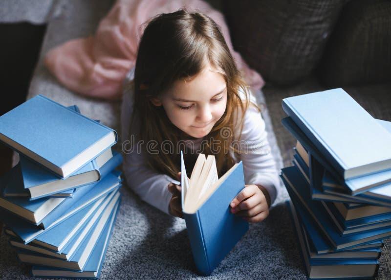 书女孩读年轻人 库存图片