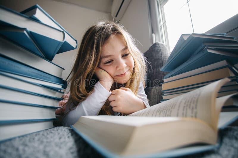 书女孩读年轻人 免版税库存图片
