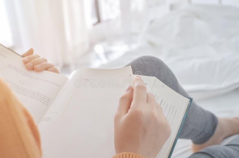 书是在妇女的手里 库存图片