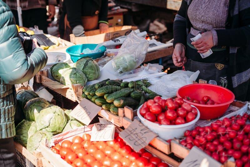 买家和卖主在菜市场上 库存照片