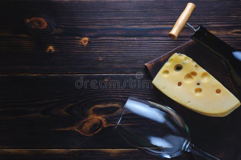 乳酪瓶酒和玻璃 复制空间 图库摄影