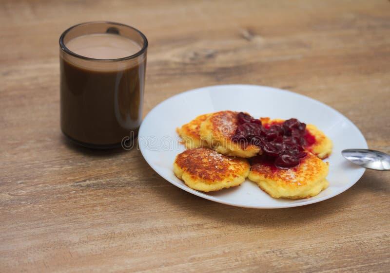 乳酪薄煎饼用咖啡 免版税库存照片