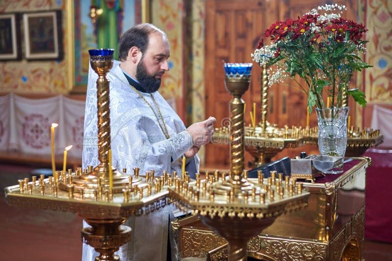 乌克兰,绍斯特卡,Vladimirskaya教会- 2019年3月3日:教士在东正教举办崇拜 免版税库存图片