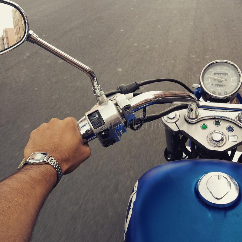 乘坐的motocycle本田阴影harley戴维森摩洛哥马拉喀什旅游业蓝色手表casio 免版税库存照片