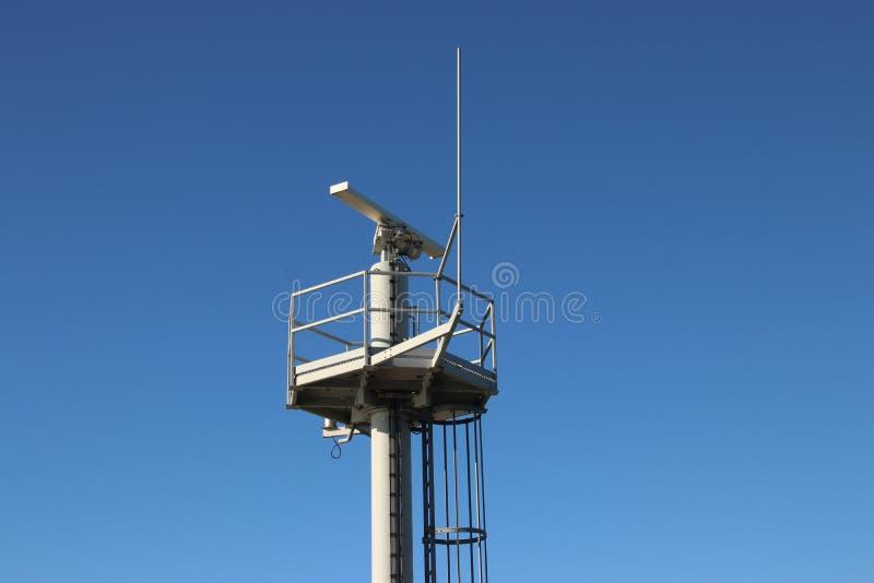 交通在引导船的IJmuiden港口的雷达天线在荷兰在北海 图库摄影