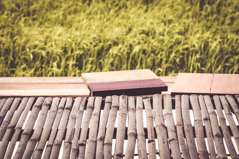 产品显示米领域迷离背景自然环境生活方式概念想法的空的竹桌 库存照片