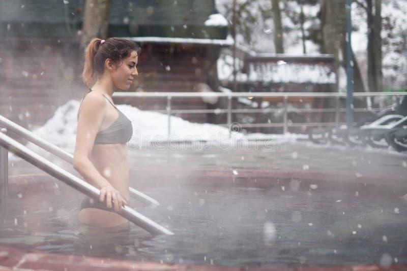 享受从水池的妇女全景在阿尔卑斯 免版税图库摄影