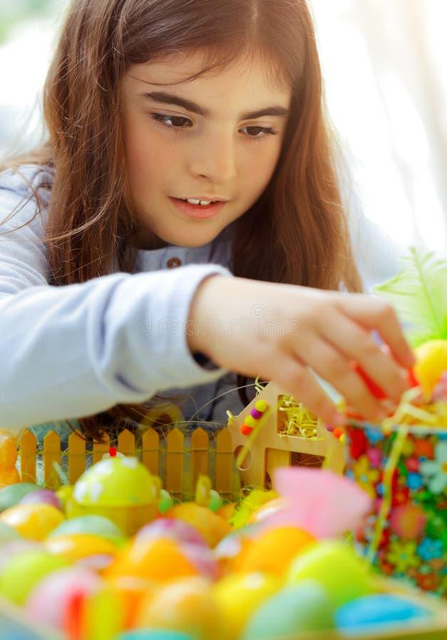 享受复活节假日的女孩 免版税库存图片