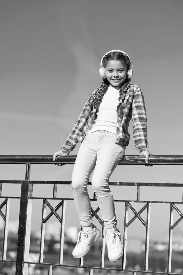 享受音乐到处 该当a听的最佳的音乐应用程序 使您的孩子满意对最佳的额定的孩子耳机 库存照片