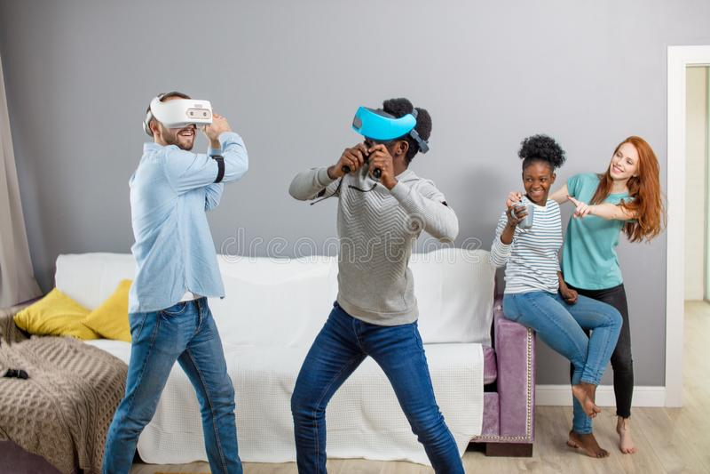 享用与虚拟现实一起玻璃的国际学生  免版税库存图片
