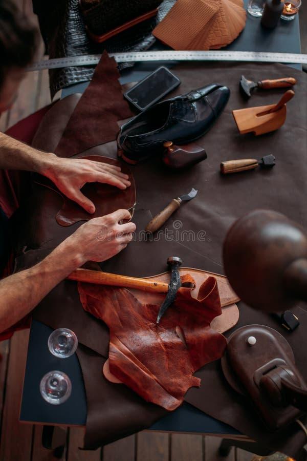 人与皮革一起使用使用制作工具 库存图片