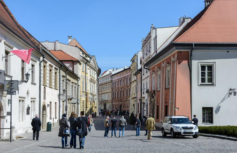 人们在克拉科夫街道上走  城市在美丽的大厦和历史纪念碑上是富有的 最大科学, 库存照片