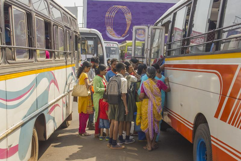 人们站在队中在多彩多姿的公共汽车在印度公交车站 库存图片