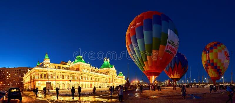 人们膨胀有basketpeople上升的一个巨大的气球入在气球的空气 免版税图库摄影