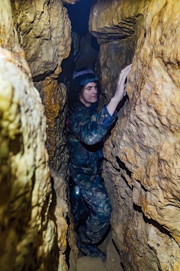 人探索狭窄的洞 库存照片