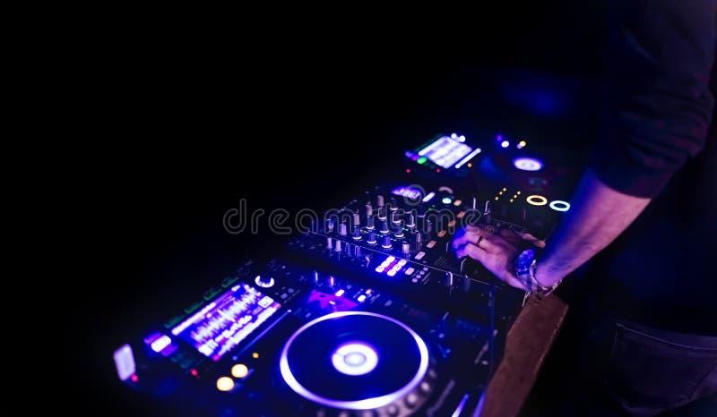 人手音乐节目主持人混合的和混和的音乐轨道 库存图片