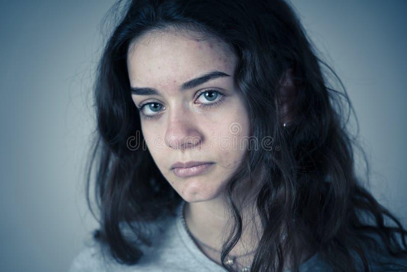 人的表示和情感 看起来年轻哀伤的少年的妇女沮丧和绝望 库存照片