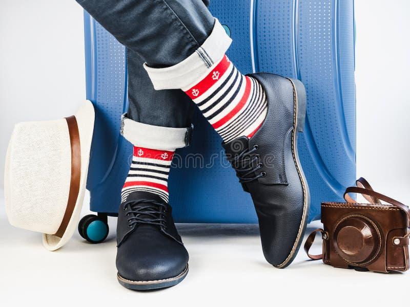 人的腿、时髦鞋子和明亮的袜子 免版税库存照片