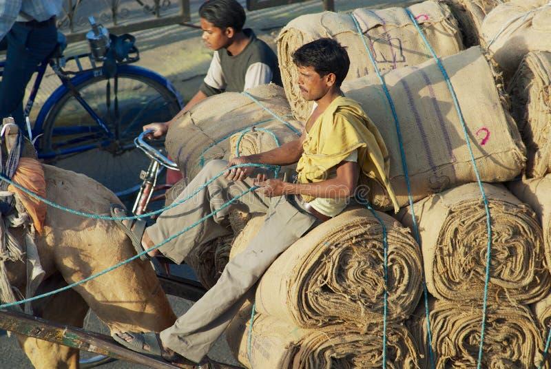 人由街道运输在骆驼驾驶的推车的装载在斋浦尔,印度 免版税图库摄影